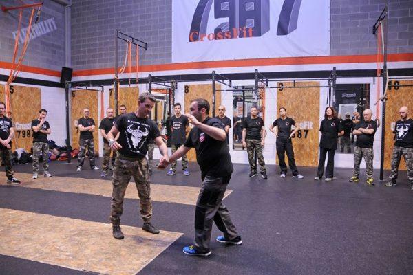 Stage Krav Maga Ferrara 2018 istruttore spiega alla classe varie tecniche di difesa